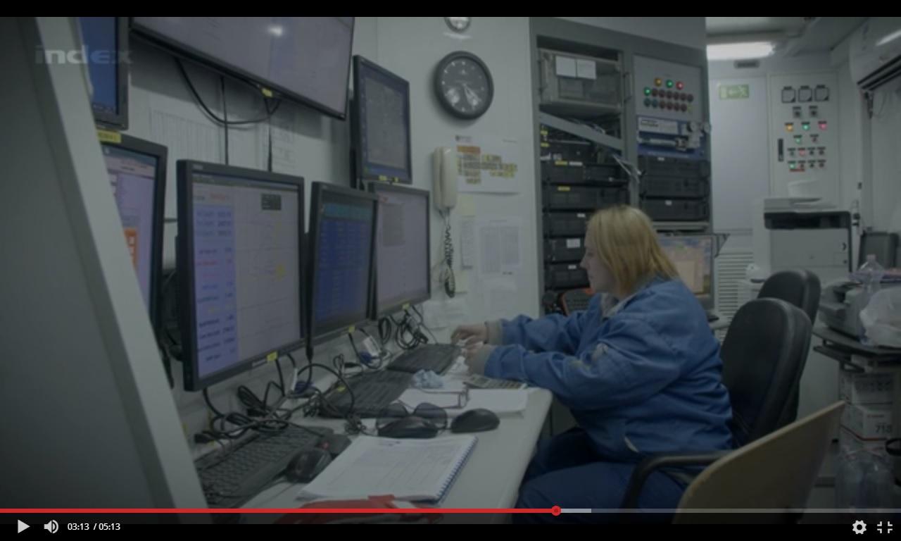 Vincze Anita geológus a műszerkabinban