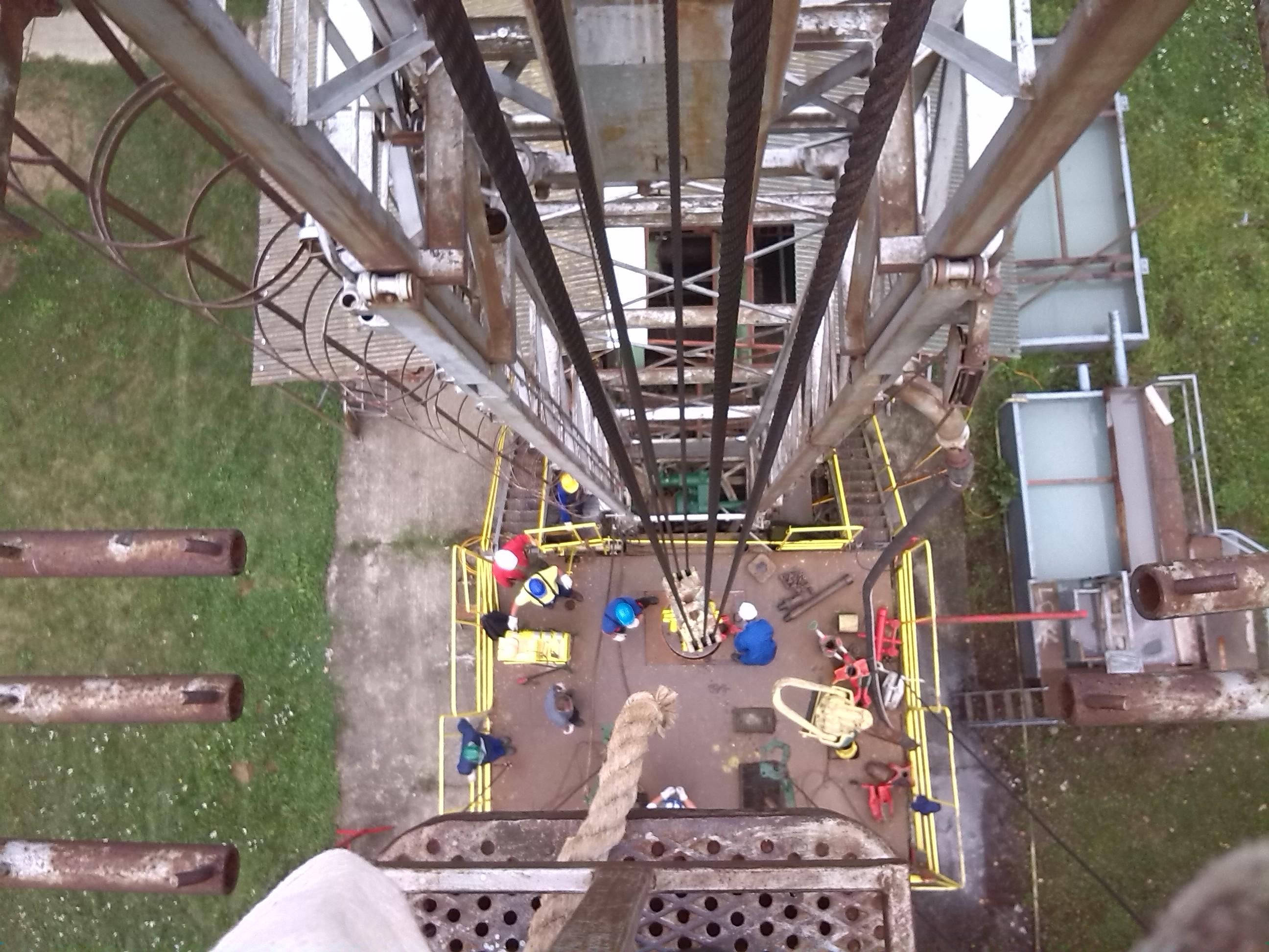 Olajipar felülnézetből, a toronyból a munkapadra.  forrás: tomikut.hu
