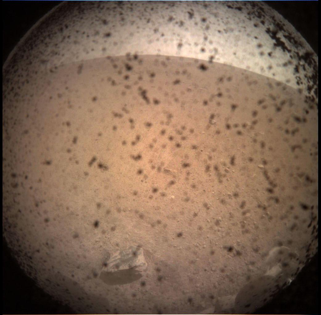 A Mars felszíne a landoló egységről, a landolás előtti percekben. Forrás: NASA/JPL-CalTech