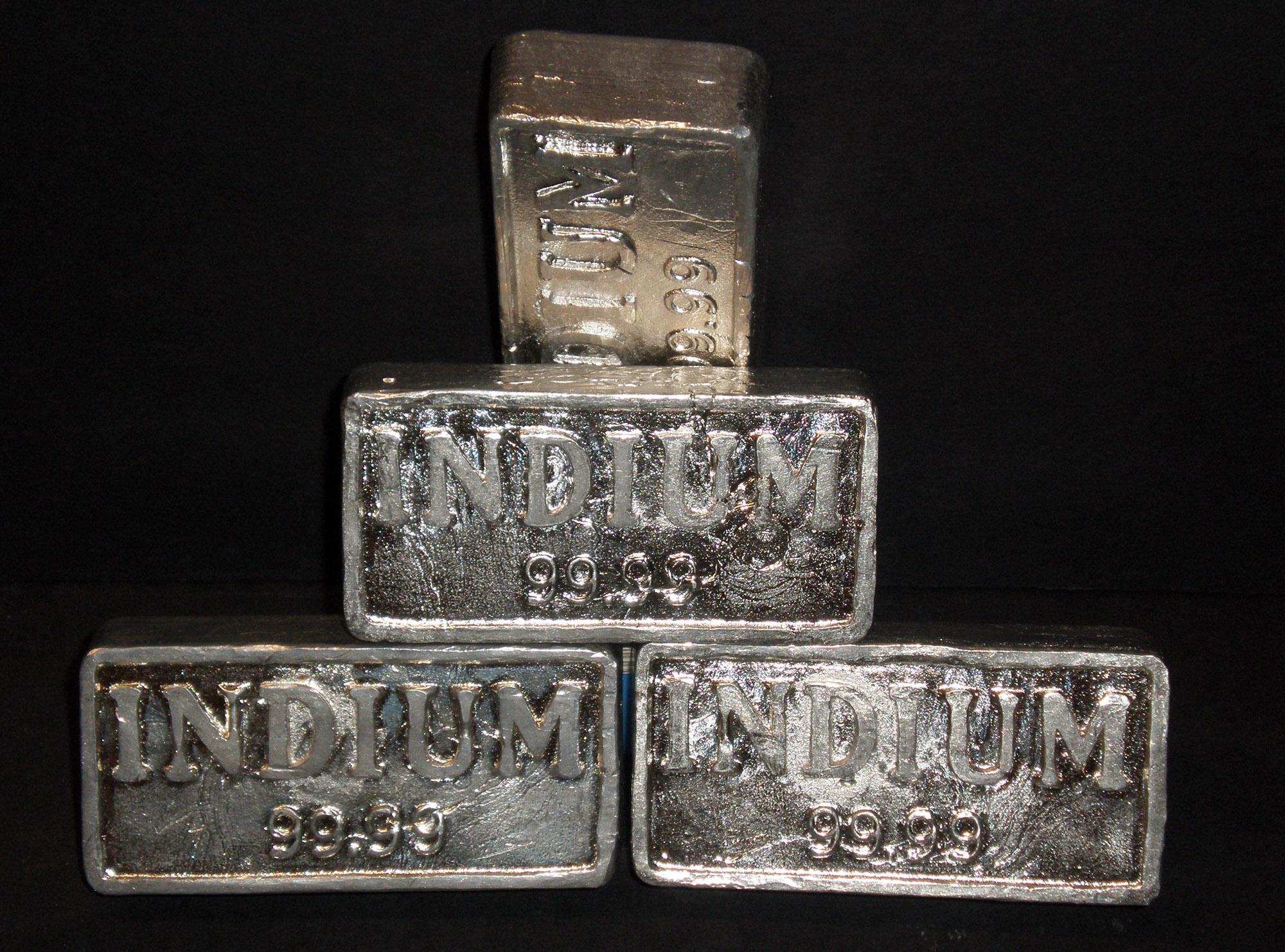 Fém indium tömbök. Készítette: Nerdtalker - A feltöltő saját munkája, CC BY-SA 3.0, https://commons.wikimedia.org/w/index.php?curid=6622482